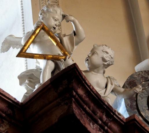 Hochaltar: Putten mit Dreieck