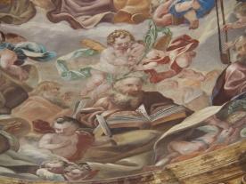 Kreuzkirche, Kuppelfresko: Putten mit Palmenzweigen, Lorbeerkränzen und Heriligenattributen
