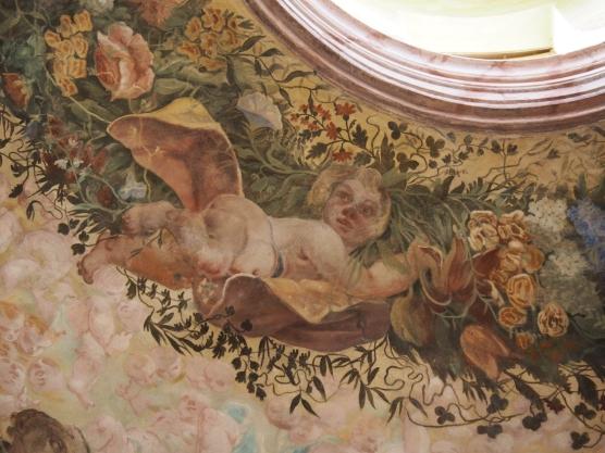 Kreuzkirche, Kuppelfresko: Putto mit Blumengirlande