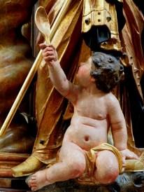 Stiftskirche, Tauf-Altar: Kind mit Löffel