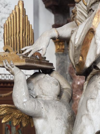 Stiftskirche, Verkündigungs-Altar: Putto mit Orgel